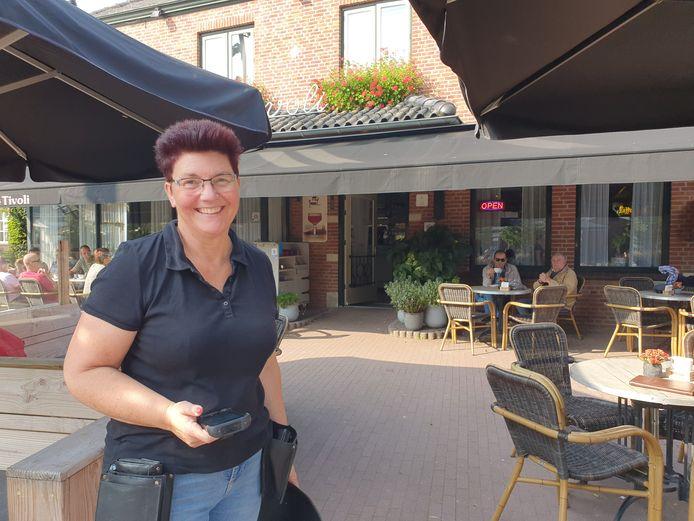 """Hilde Suijkerbuijk van café Tivoli in Nispen: ,,Binnen snap ik het ergens nog wel. Daar kruip je snel wat dichter bij elkaar."""""""