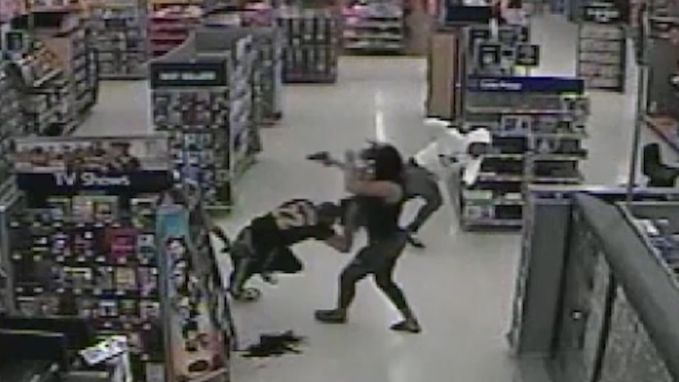 Amerikaanse wordt brutaal aangevallen in Walmart. Ze trekt een vuurwapen en schiet