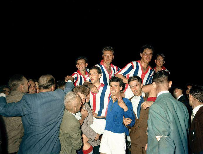 Willem II viert het behalen van de landstitel in 1955.