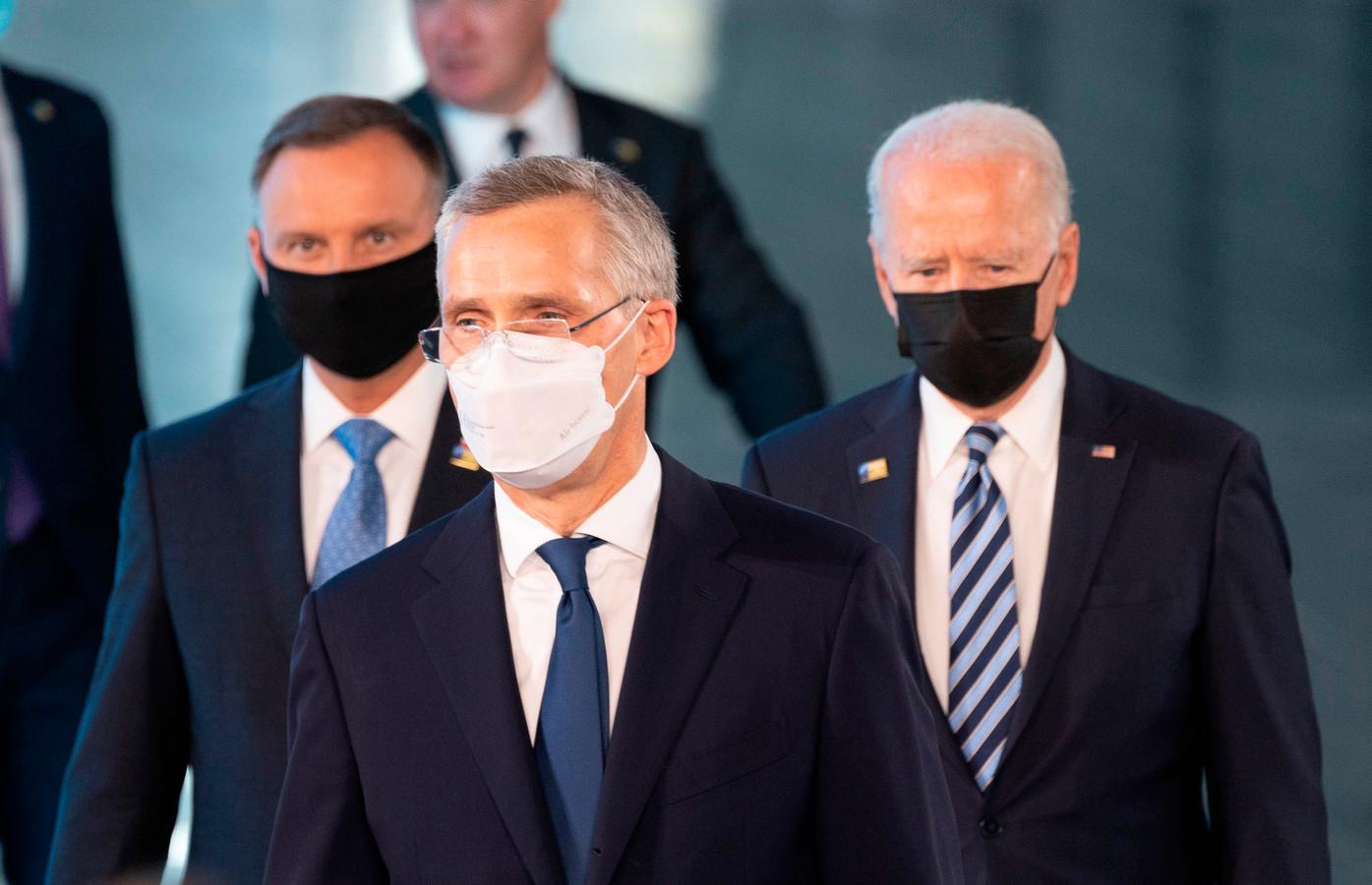 Navo-topman Jens Stoltenberg (m) en de Amerikaanse president Joe Biden (r).