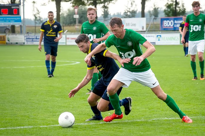 Prinsenland won de derby tegen Kogelvangers. Derrik Vinjé (blauw) en Robert Braber(groen)