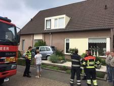 Vrouw 'parkeert' auto tegen huis