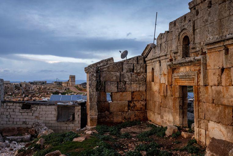 In de huisjes die verrijzen tussen de ruïnes, komen hier en daar ook zonnepanelen en satellietschotels. Beeld NYT/IVOR PRICKETT