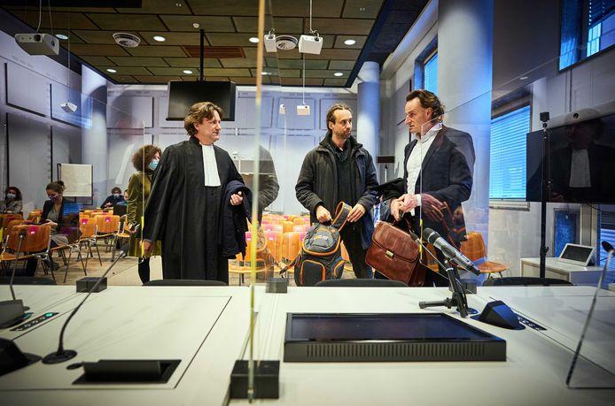 Advocaat Gerben van de Corput (links) praat na de rumoerige rechtszitting nog even na met de oprichters en voormannen van Viruswaarheid, Willem Engel en Jeroen Post (rechts).