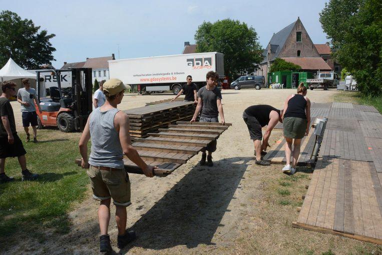 De opbouw van het festivalterrein was gisteren nog volop aan de gang.