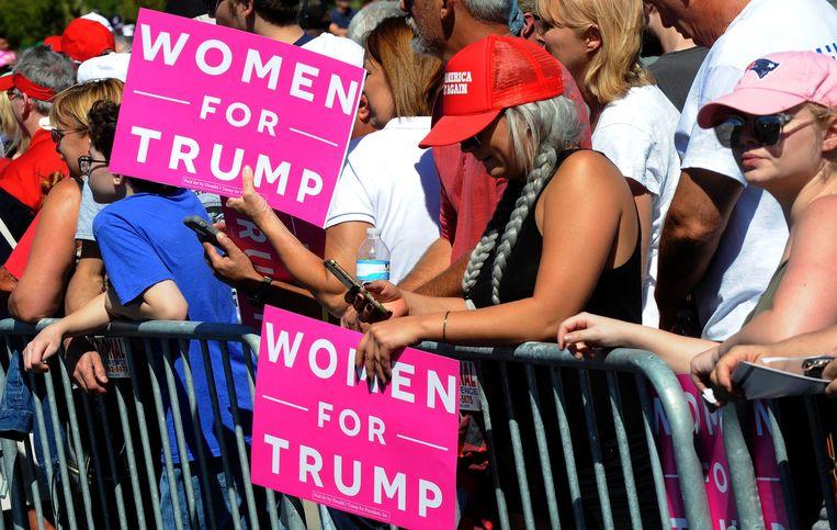 Vrouwen die nog steeds achter Trump staan juichen hem toe.  Beeld Photo News