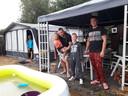In de zomer van 2018 verwelkomde deze familie op camping De Bosfazant de eerste regenbui na een reeks van kurkdroge weken.