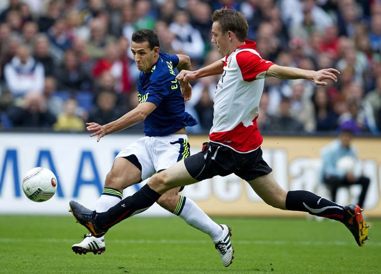 Mounir El Hamdaoui (L) van Ajax in duel met Stefan de Vrij (R) van Feyenoord. Beeld