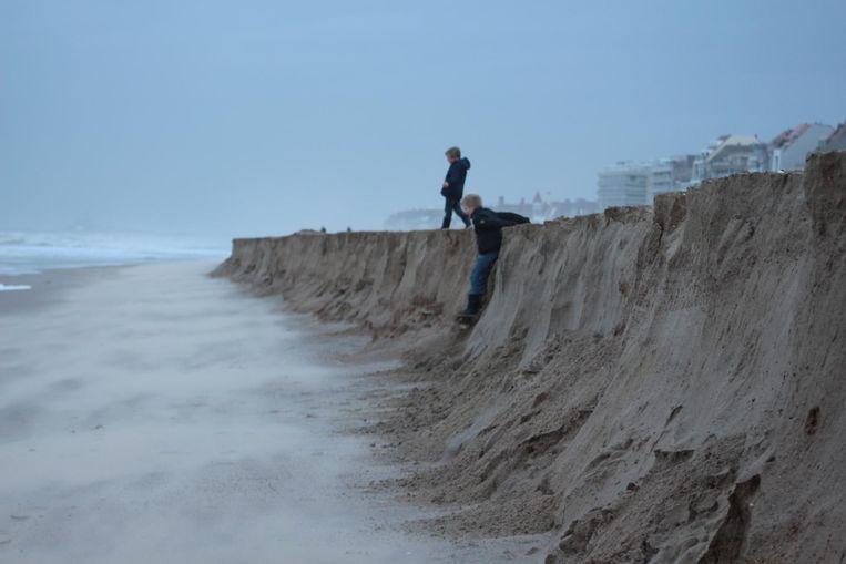 Een jongen glijdt van de klif af die is ontstaan door de hevige storm. Weer boven raken, bleek moeilijker.