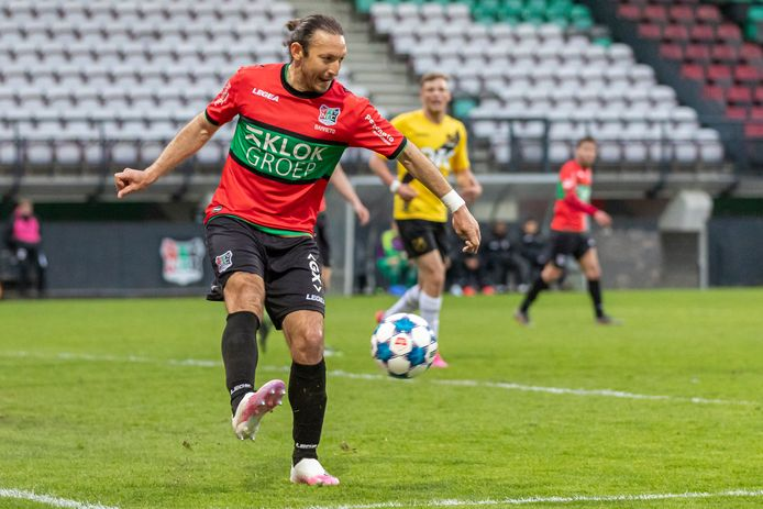 Edgar Barreto voor NEC aan de bal tegen NAC. De routinier kreeg maandag tegen de club uit Breda zijn vijfde gele kaart van het seizoen.