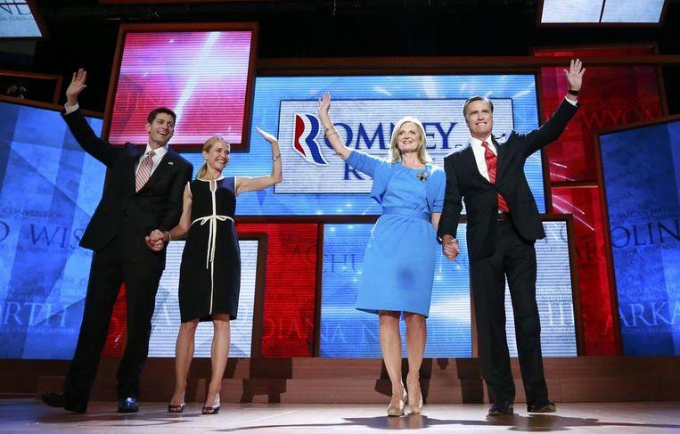 Mitt Romney (rechts) met vrouw Ann, running mate Paul Ryan (links) en diens vrouw Janna. Beeld reuters