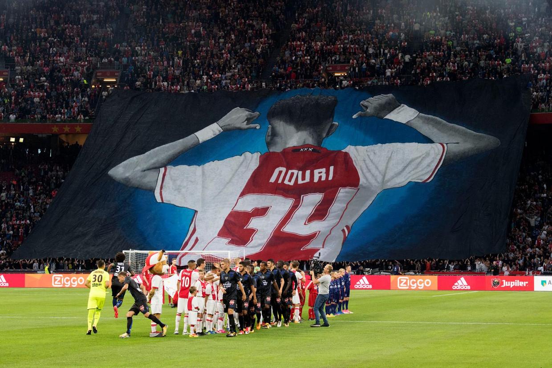 De fans van Ajax brengen een eerbetoon aan Abdelhak Nouri, voorafgaand aan het Champions League-kwalificatieduel Ajax-OGC Nice (2 augustus 2017).  Beeld ANP