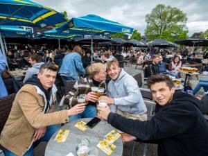 """Vlaming trekt massaal naar terras voor eerste pintjes: """"8 mei moet nationale feestdag worden"""""""