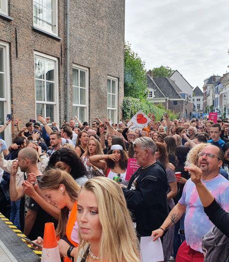 Honderden demonstranten trekken al dansend door centrum Breda: 'De coronapas is een beperking'