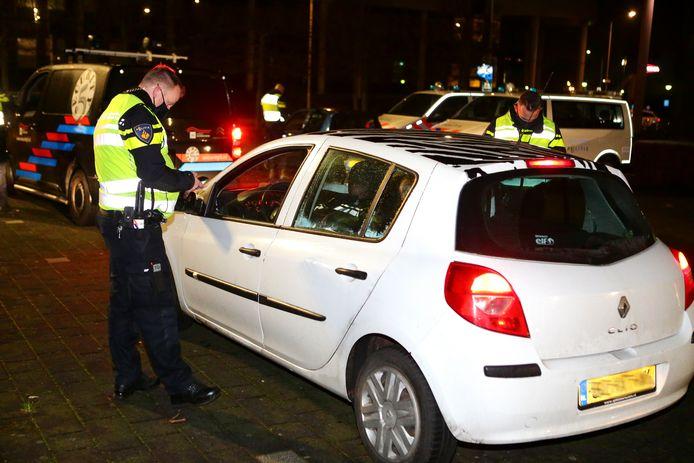 Even na 21.00 uur hield de politie controles voor het stadhuis in Gorinchem.