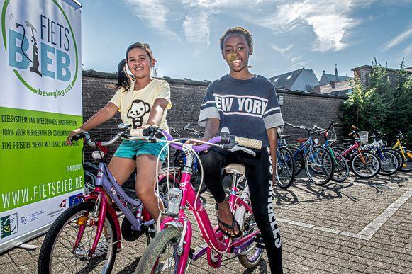 IKinderen Iiana en Kindra testen al eens een fietsje uit.