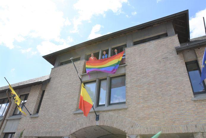 Jarno Biesemans uit Sint-Pieters-Leeuw hees in 2020 samen met burgemeester Marc Snoeck en schepen Christophe Merckx de regenboogvlag aan het stadhuis in Halle.