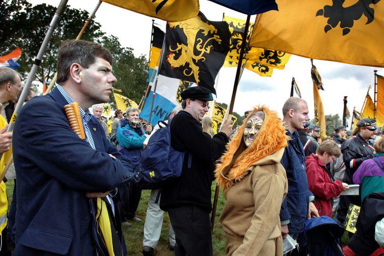 Partijleider Filip Dewinter (links) bij een demonstratie van het Vlaams Belang in 2006. © Joost van den Broek / de Volkskrant Beeld