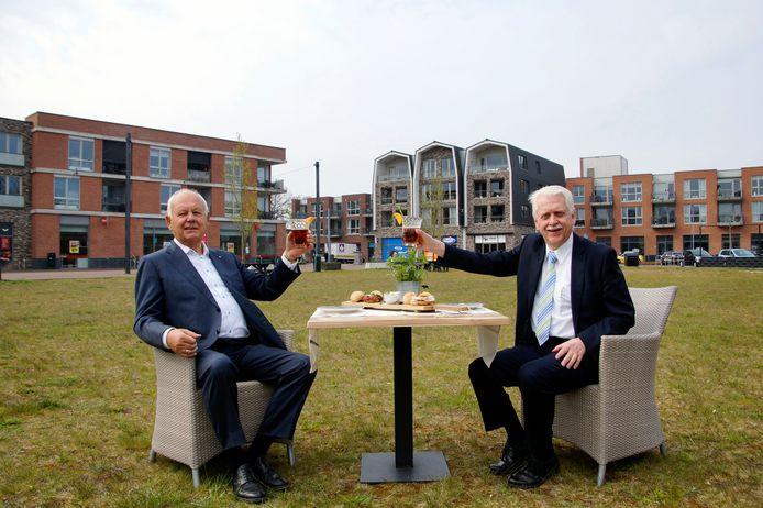 Wethouder Henk Wessel (rechts) en vastgoedondernemer Evert van de Poll brengen een toost uit op de realisatie van fase 3 van winkelcentrum 't Harde.