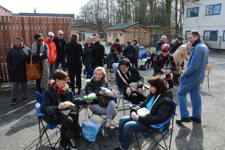 Ouders wachten aan de schoolpoort om hun kinderen in te schrijven. Beeld Kristof Pieters