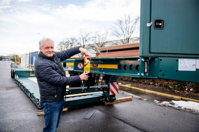 Erik Maassen van den Brink van Bolk laat zien dat de Franse sticker als waarschuwing voor de dode hoek onwerkbaar is voor veel transporteurs.