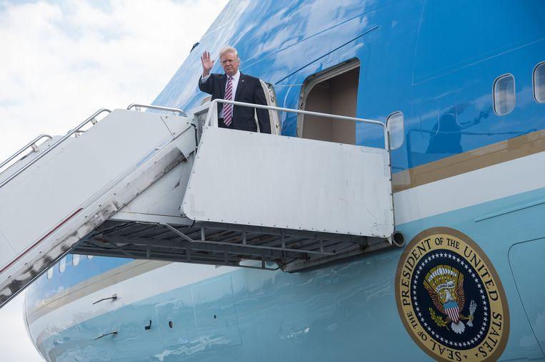De Amerikaanse president Donald Trump stapt uit de Air Force One. Beeld AFP
