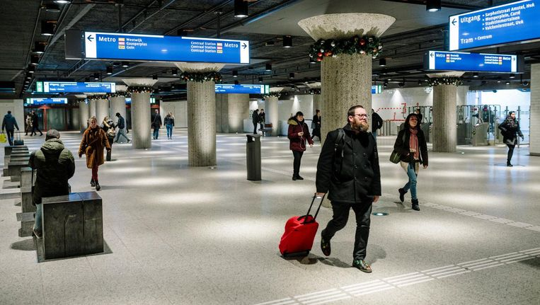 Op het gerenoveerde station Weesperplein maken het licht en de opgefriste inrichting het de reiziger aangenaam Beeld Marc Driessen