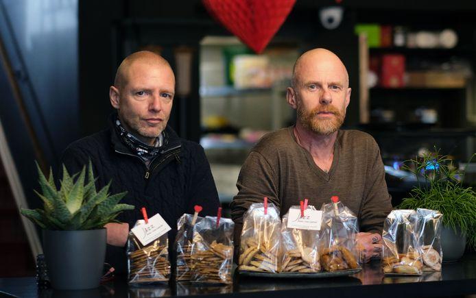Tijl Depoortere en Lex Vlooswijk bij hun ambachtelijke koekjes in eetcafé Jazz in de Jan Persijnstraat.
