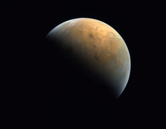 """Une première image de Mars envoyée par la sonde """"Espoir"""" des Émirats, le 14 février 2021."""