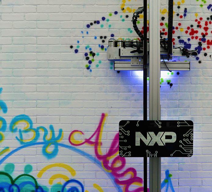 De NXP-robot 'Robo Paint', gebouwd door Maker Twins, beschilderde een muur via spraakopdrachten tijdens de CES van 2017 in het Las Vegas Convention Center.