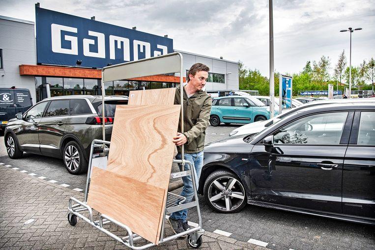 Hout inslaan loont, zoals bij deze Gamma-vestiging in Almere. De houtprijs is aanzienlijk gezakt.  Beeld Guus Dubbelman / de Volkskrant