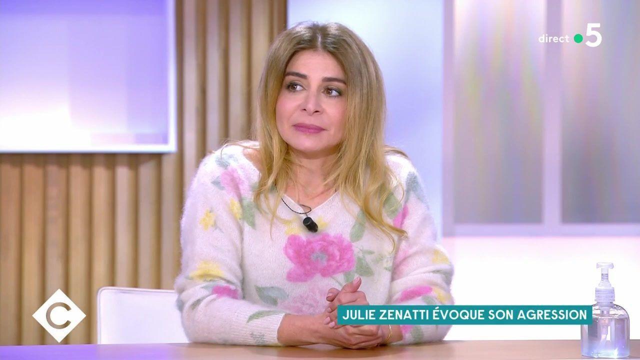 """Sur le plateau de """"C à vous"""" lundi soir, Julie Zenatti est revenue sur l'agression dont elle a été victime lorsqu'elle était enfant."""