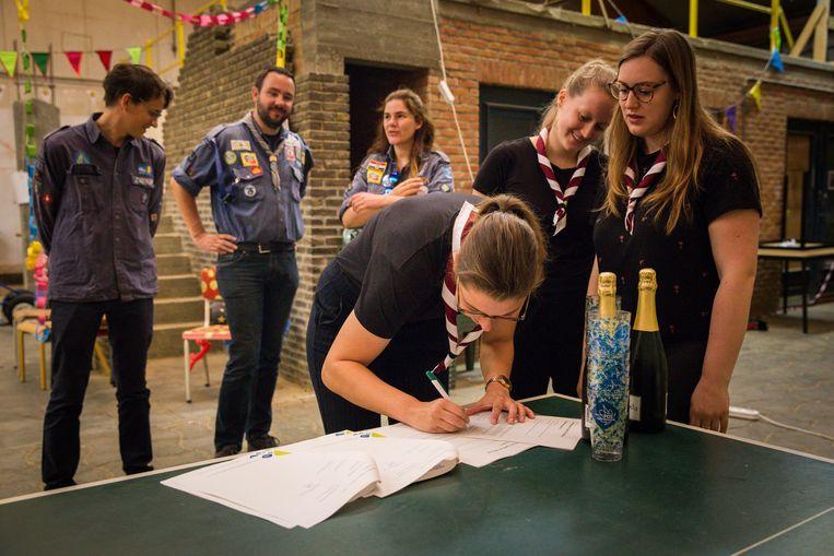 De vriendinnen die 'De Kariboes' oprichten zetten hun handtekening onder het oprichtingscontract.