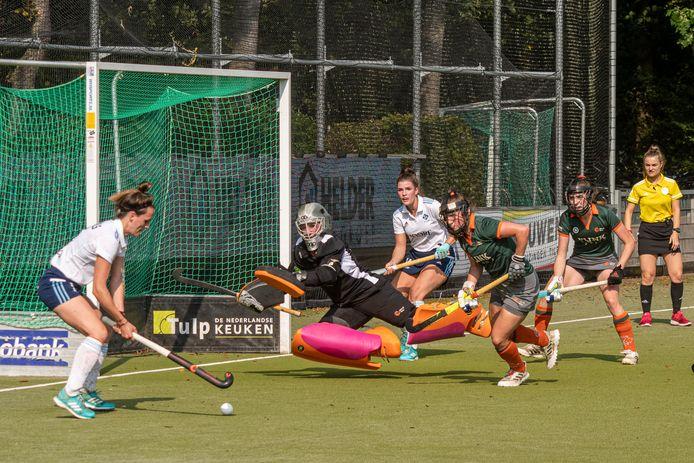 Stadsderby in Tilburg tussen HC Tilburg en Were Di. Donja Zwinkels mist een open doel kans. Goalie Sarah van Heijs werpt zich voor de bal, samen met Rymme van Dessel.