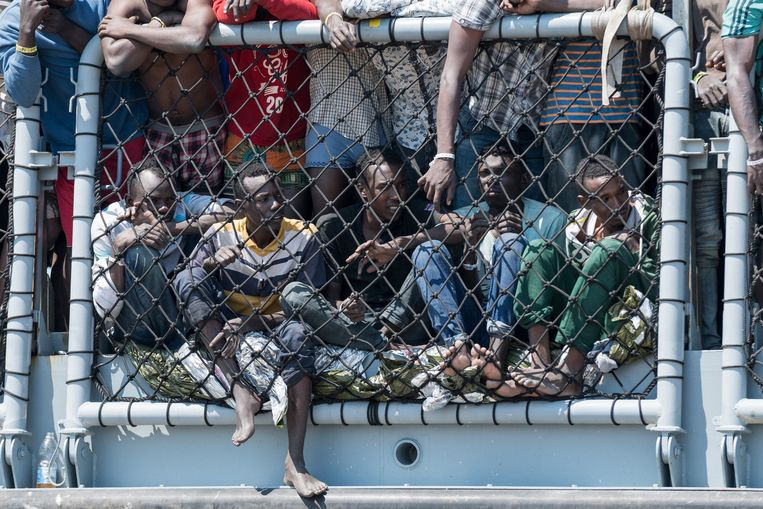 Vluchtelingen aan boord van een Duits marineschip dat deel uitmaakt van EU-operatie Sophia. Beeld Photo News