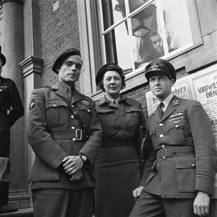 Adjudanten van koningin Wilhelmina in Breda, op 2 mei 1945. Vlnr: Peter Tazelaar, Rie Stokvis, Erik Hazelhoff Roelfzema