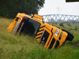Vrachtwagen belandt in sloot bij Sluiskil