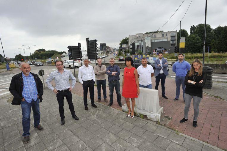 Burgemeester Ingrid Holemans met de misnoegde handelaars aan het kruispunt.