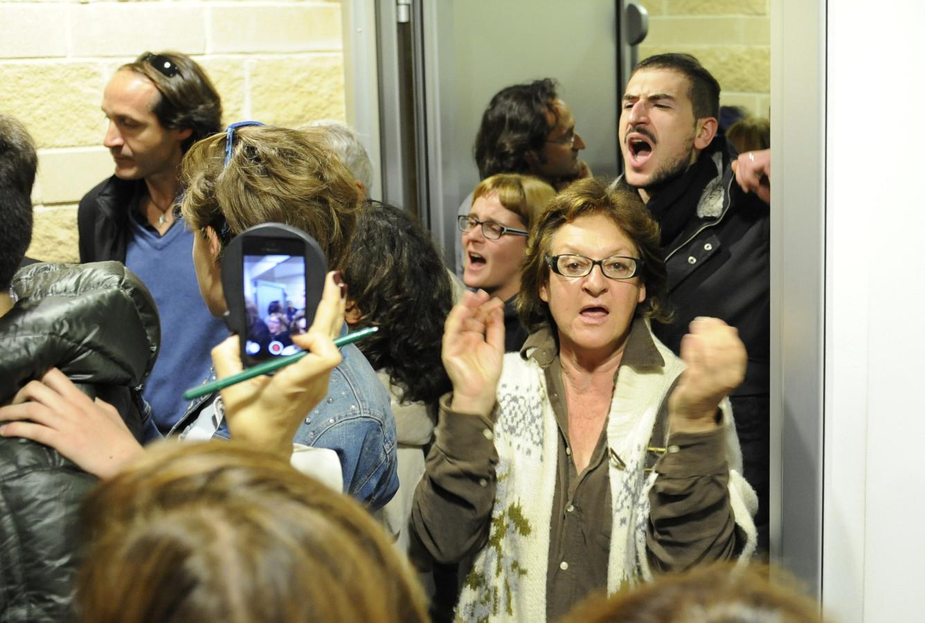 Bewoners reageren boos na de vrijspraak voor de seismologen en andere experts.