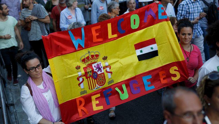 Spanjaarden heten vluchtelingen welkom tijdens een demonstratie in Madrid. Beeld getty