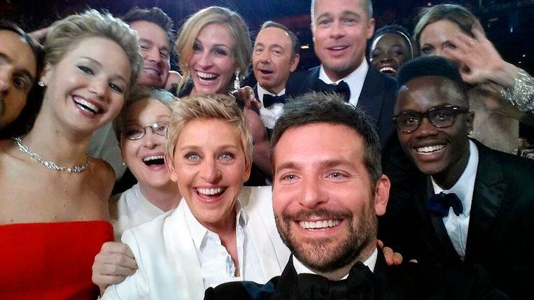Een van de bekendste selfies ooit, met tal van Hollywoodsterren (u herkent onder meer Jennifer Lawrence, Brad Pitt, Kevin Spacey en Ellen Degeneres) op de Oscars van 2014.  Beeld AP