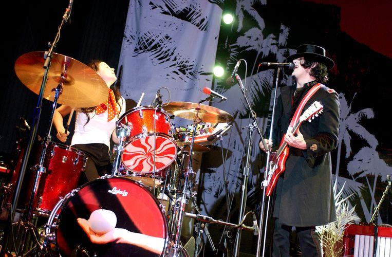 Meg en Jack White tijdens een optreden in Berkeley, Californië, 2005. Beeld Getty Images