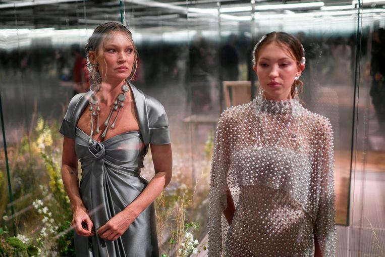 Kate Moss (l.) en dochter Lila Grace Moss dragen stukken van ontwerper Kim Jones voor de lente-zomercollectie 2021 van Fendi. Beeld AFP