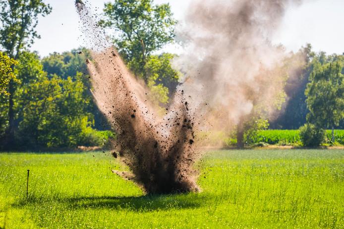 De Explosieven Opruimingsdienst Defensie liet de granaat op een naastgelegen weiland ontploffen.