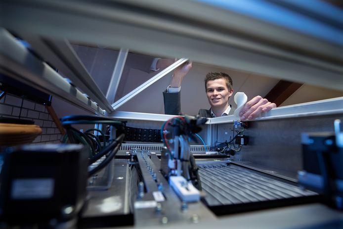 De 3D-printer van Didammer Bram Smits (22) gaat heel wat verder dan de gemiddelde huis-tuin-en-keuken-variant.