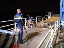 Man zwaargewond na botsing tussen scooters op IJsselbrug Zwolle
