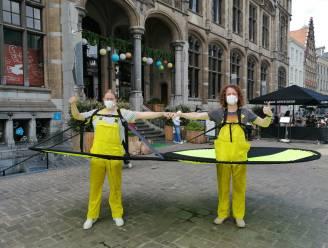 GESPOT. Afstandsambtenaren met een hoek af houden het volk in Gent op anderhalve meter