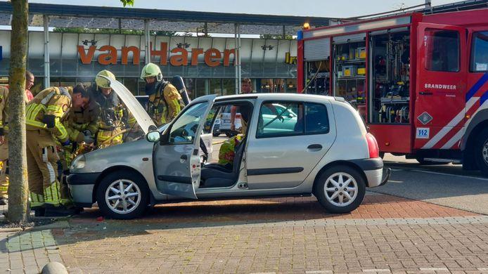 Op de parkeerplaats bij het Miro Centrum in Enschede is een auto in de brand gevlogen.