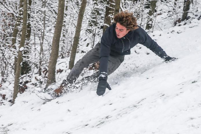 Met het snowboard de heuvels van het Citadelpark af. Dat levert actiebeelden op!