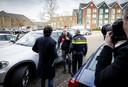 Een verslaggever van omroep Powned in gesprek met een automobilist en agent op de parkeerplaats van de Sionkerk nadat de journalist is aangereden.